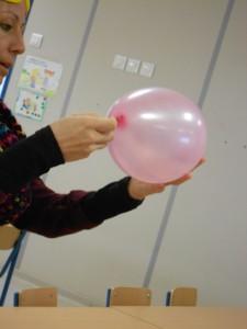 6. Traspasar un globo con un palo sin explotarlo  (1)